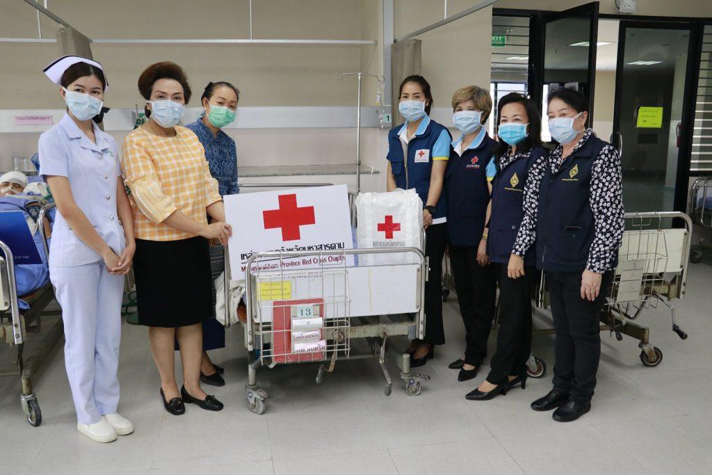 นายกเหล่ากาชาดจังหวัดมหาสารคาม และสมาชิกชมรมแม่บ้านมหาดไทยจังหวัดฯ เยี่ยมประชาชนผู้ประสบอุบัติเหตุ