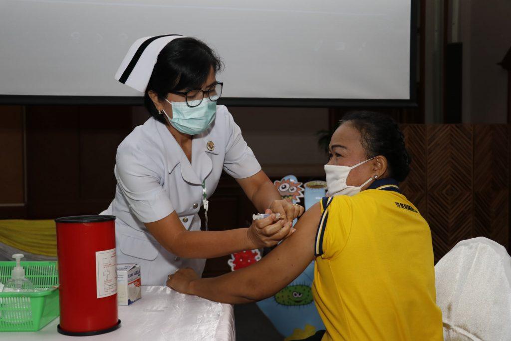 สำนักงานประกันสังคมจังหวัดมหาสารคาม จับมือ รพ.มหาสารคาม เดินหน้า Kick Off ฉีดวัคซีนไข้หวัดใหญ่ฟรี สำหรับผู้ประกันตนประกันสังคม อายุ 50 ปีขึ้นไป