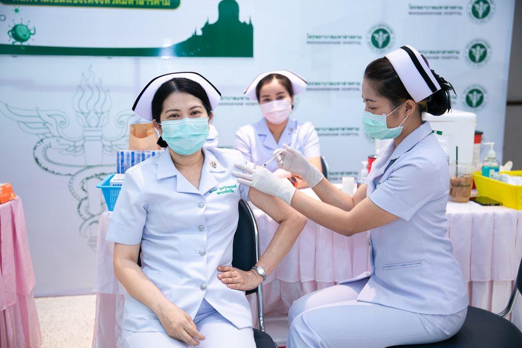 รพ.มหาสารคาม ฉีดวัคซีนโควิด-19 กลุ่มบุคลากรทางการแพทย์